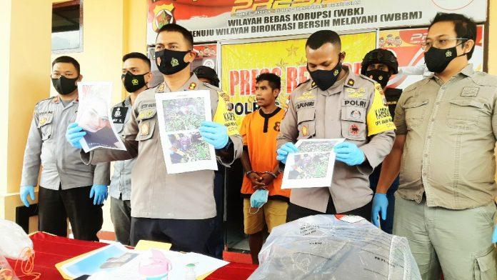 Kapolres Jayapura, AKBP Victor D. Macbon bersama Wakapolres dan Kasat Reskrim Polres Jayapura saat menunjukkan barang bukti foto korban saat ditemukan di Kampung Maribu, Distrik Sentani Barat
